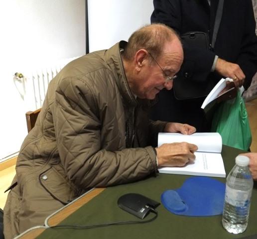 Marcos Casquero dedicando uno de sus libros