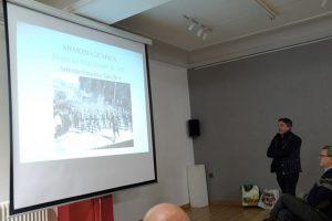 Antonio Sánchez mostrando una foto antigua